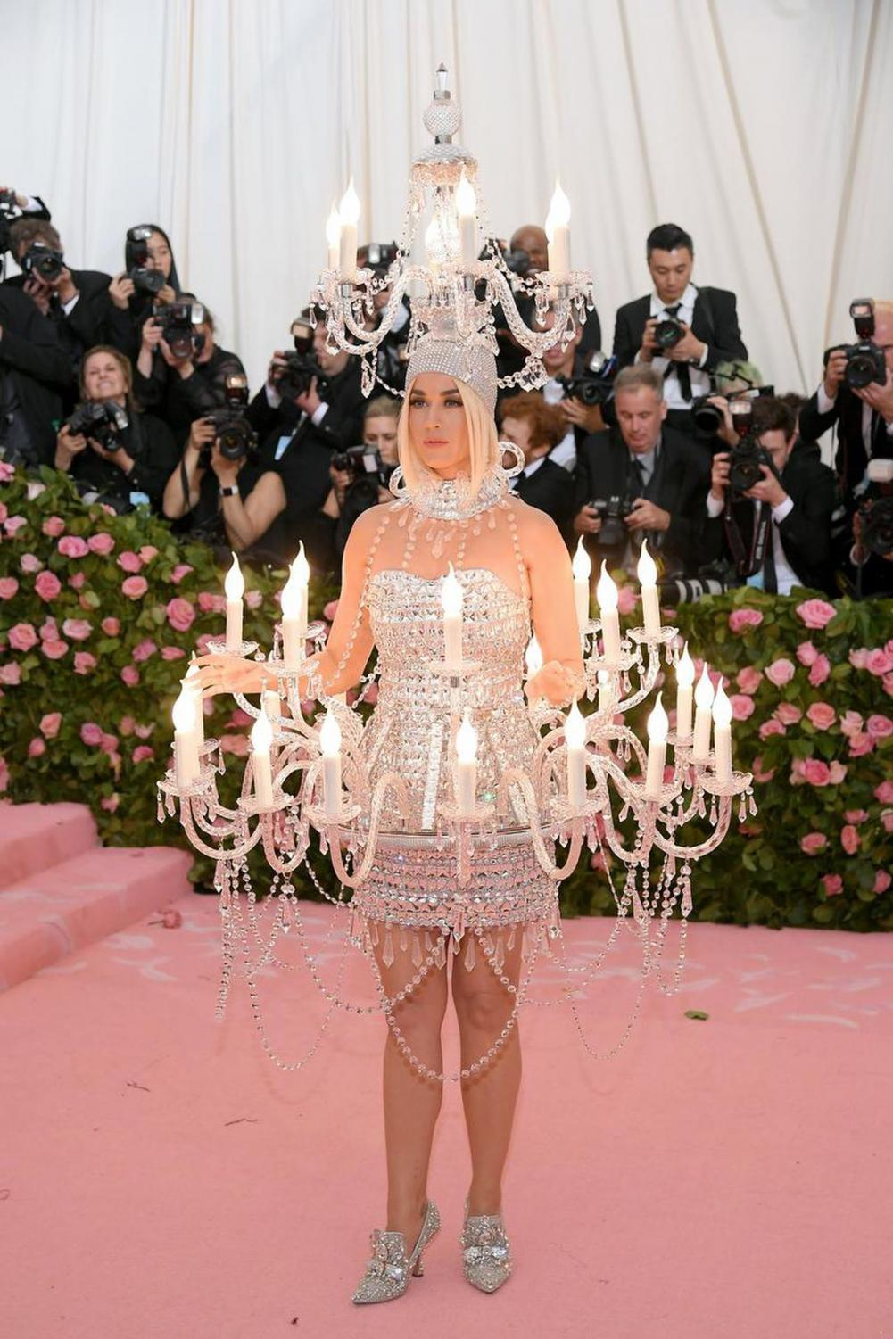 Katy+Perry+in+Moschino.+I+honestly+don%27t+know+what+to+say+about+this+outfit.+The+main+question+I+have+is%2C+does+she+look+like+a+candle+or+a+chandelier.+10000%2F10+